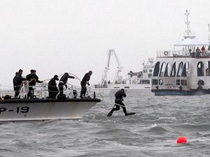Kore'de dalgıçlar 40 kişinin daha cesedini çıkardı