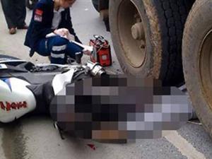 Motosikletli İki genç kamyonun altında kaldı