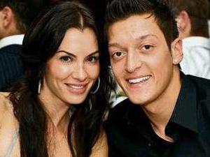 Mesut Özil sevgilisinin adını kramponuna yazdırdı!