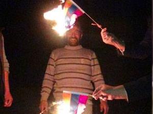 Kolombiya bayrağını Ermeni bayrağına benzetip yaktılar