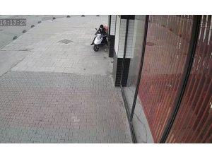 Lokantanın önünden motosikleti böyle çaldı