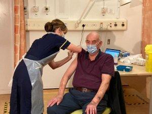 İngiltere'de ilk Oxford/AstraZeneca aşısı 82 yaşındaki hastaya yapıldı