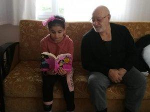 Evlerden çıkamayan öğrenciler zamanlarını kitap okuyarak geçiriyor