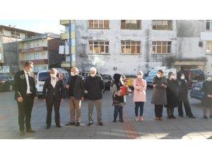Covid 19'u yenen belediye başkanı 53 gün sonra çiçeklerle karşılandı