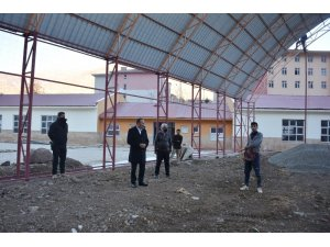 Şemdinli'de halı saha çalışmaları devam ediyor