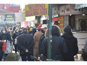 Kısıtlamalar kalktı, sokaklar yine sosyal mesafesiz kaldı