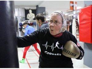 Antalya'nın Süper ninesi tüm boksörlere meydan okuyor