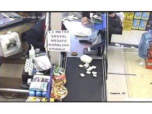 Para üstünü çalan yaşlı kadın güvenlik kamerasına yakalandı