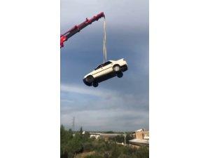 Antalya'da vinçle 30 metreye çıkartılan otomobilde tehlikeli eğlence