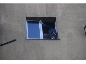 Hastane penceresinde intihara kalkışan şahsı polis ikna etti