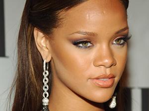 Rihanna'ya İnstagram uyarısı