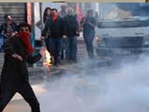 1 Mayıs göstericisinden polise tuğla!