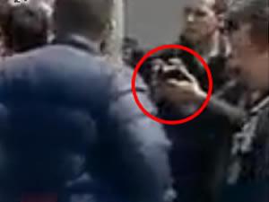 Polis, eylemciye zorla poşu takıp fotoğrafını çekti