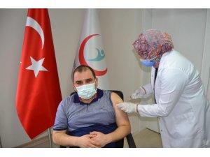 Simav'da sağlık çalışanlarına aşı uygulaması başladı