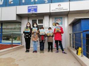Körfez Belediyesinden çocuklara kitap hediyesi