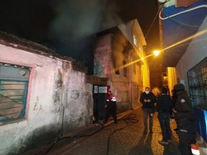 Metruk binada çıkan yangında içeride yanmış ceset bulundu