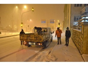 Emet'te ekiplerin gece karla mücadelesi