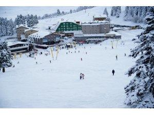 Uludağ'da yoğun kar...Zirve pistler tatilcilere kaldı