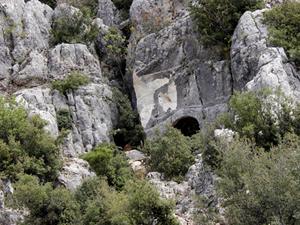 Mersin'de kaya mezarı patlatıldı