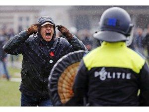 Hollanda'da binlerce kişi Covid-19 kısıtlamalarını protesto etti