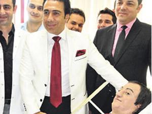 Yüzü yanan genci Türk doktorlar tedavi etti!