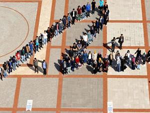 Öğrenciler Başbakan Erdoğan'ın imzasını oluşturdu