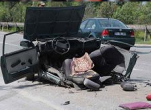 Araba ikiye bölündü ama hafif sıyrıkla kurtuldu!