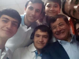 Ahmet Davutoğlu'ndan selfie
