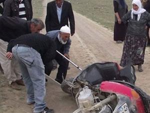 Motosiklet sürücüsünün elini yılan ısırdı
