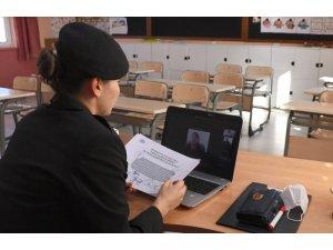 Jandarma EBA üzerinden öğrencilere 'Korona virüs sürecinde güvenli internet kullanımı' eğitimi verdi