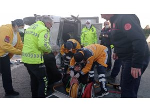 Kamyonet emniyet şeridindeki minibüse çarptı: 3 yaralı