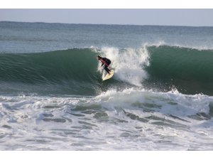 Alanya'da sörfçülerin deniz keyfi