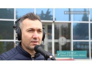 Isparta'da İl Milli Eğitim Müdürü otizme dikkat çekmek için kamera karşısına geçip, şarkı söyledi