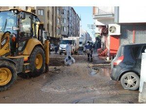Şebeke borusu patladı, sokaklar gölete döndü