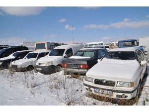 Piyasa değeri milyonları bulan binlerce araç çürümeye terk edildi