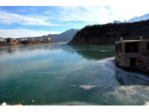 Tunceli'de baraj gölü dondu