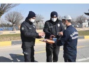 Kısıtlamada görev yapan polislere sıcak çorba ikramı