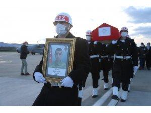 Şehit Piyade Er Selim Gedik'in naaşı askeri uçakla Kocaeli'ye getirildi