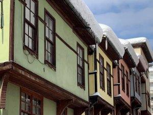 Tarihi Bartın evlerinde kar güzelliği