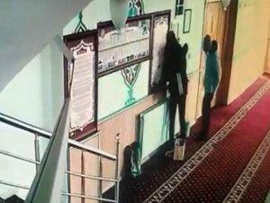 Hırsızlık için camiye giren genç kız ve arkadaşı güvenlik kamerasına takıldı