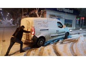 Kar 10 santimetreyi aştı: Araçlar yolda kaldı, iterek kurtarmaya çalıştılar