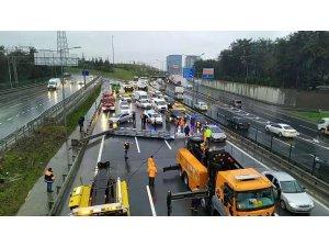 Yön tabelası yola devrildi, yoğun trafik oluştu