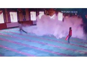 Isparta'da camiye giren 5 çocuk yangın tüpü sıktı, malzemelere zarar verdi