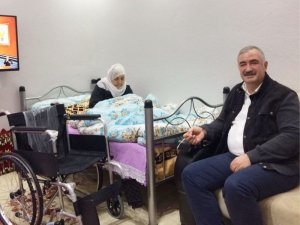 Başkan Turanlı'dan yaşlı engelli anneye sürpriz ziyaret