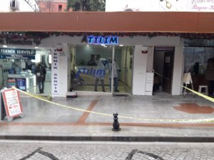 Döviz bürosunu soymaya çalışan silahlı kişi paniğe kapılınca kaçtı