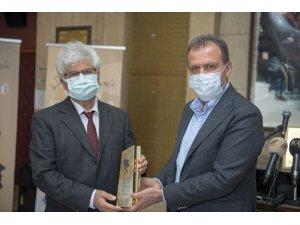 Şinasi Develi Mersin Kent Ödülü Yazar Çağlar'a takdim edildi