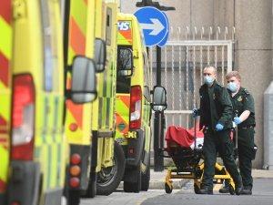 İngiltere'de son 24 saatte Covid-19'a bağlı bin 725 can kaybı