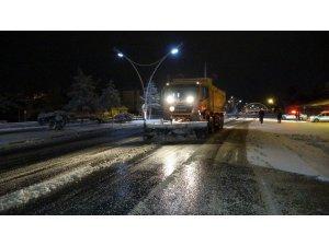 Uşak'ta kar yağışı trafiği olumsuz etkiledi