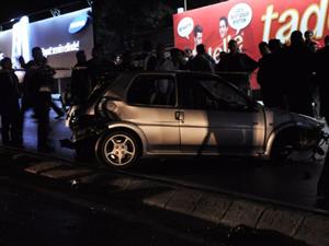 Araba aydınlatma direğine çarptı