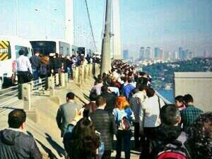 Vatandaşlar köprüyü yürüyerek geçti!